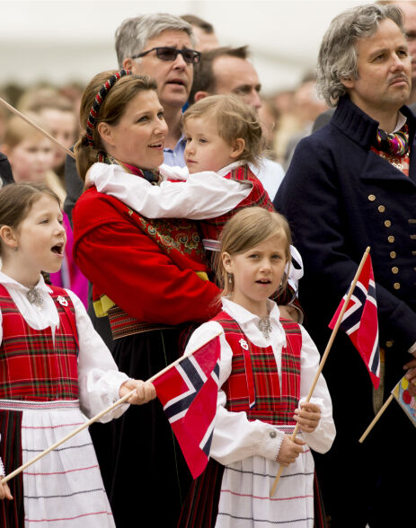 MOR OG DØTRE: Her er prinsesse Märtha Louise og Ari Behn avbildet sammen med sine tre døtre, Maug Angelica, Leah Isadora og Emma Tallulah på nasjonaldagen i 2013. Foto: NTB Scanpix