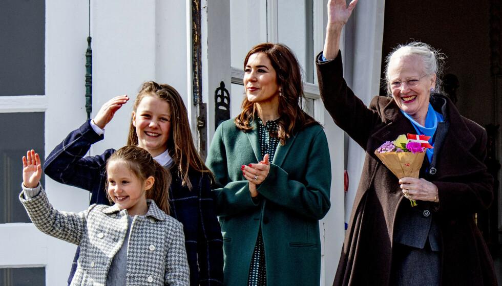 <strong>ÆRLIG:</strong> Dronning Margrethe forteller i et sjeldent intervju med den svenske avisen Expressen at hun ikke er noen god farmor for barnebarna sine. Her avbildet sammen med kronprinsesse Mary, prinsesse Isabella og prinsesse Josephine tidligere i år. Foto: NTB Scanpix