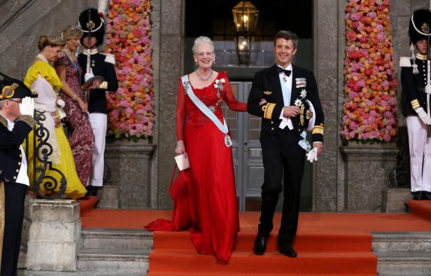 <strong>MOR OG SØNN:</strong> Her er dronning Margrethe avbildet sammen med kronprins Frederik utenfor Slottskyrkan i Stockholm etter vielsen mellom prins Carl Philip og prinsesse Sofia i 2015. Foto: NTB Scanpix