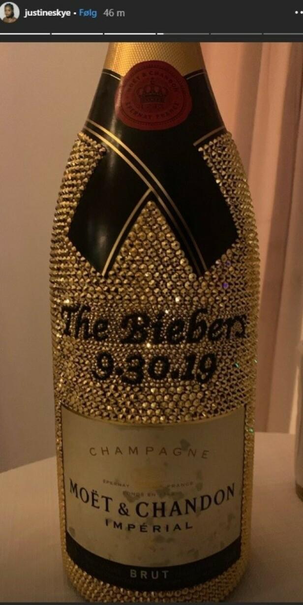 THE BIEBERS: Justine Skye delte dette bilde av en champagneflaske i anledning stjerneparet Justin og Hailey Biebers bryllup. Foto: Skjermdump fra Instagram