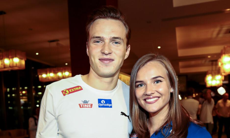 KJÆRESTER: Gull-vinner og verdensmester Karsten Warholm feiret med kjæresten sin etter VM-seieren i Doha mandag. Foto: NTB Scanpix