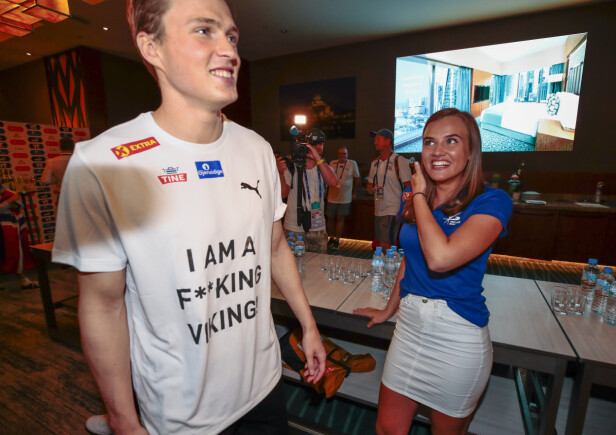 FEIRET SAMMEN: Karsten Warholm og kjæresten Oda Djupvik feireT VM-gullet på 400 meter hekk på det norske hotellet i Doha. Foto: NTB Scanpix