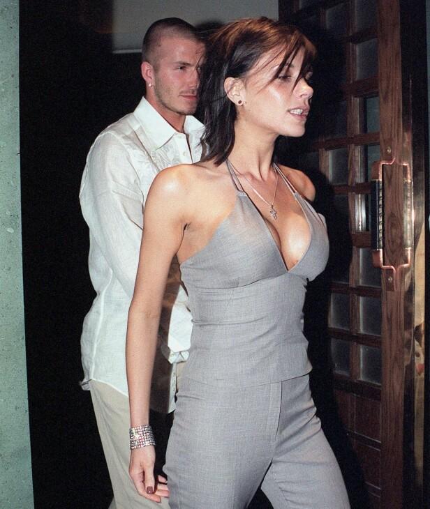 STØRRE PUPPER: Victoria Beckham forstørret brystene, men benektet inngrepet til tross for at det var synlig. Her er hun og David fotografert i 2001. Foto: NTB Scanpix