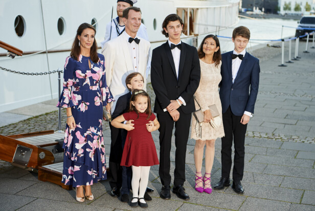 <strong>FLYTTET UTENLANDS:</strong> Prins Joachim, prinsesse Marie og barna Henrik og Athena flyttet til Paris i august. Her med prins Joachims første kone grevinne Alexandra og deres felles sønner, Nikolai og Felix (t.h.). Foto: NTB Scanpix