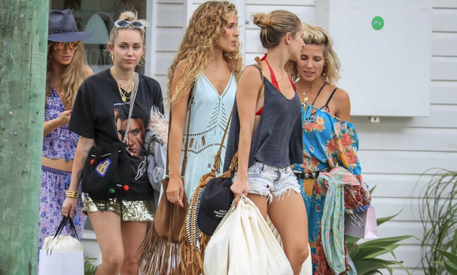 SINTE: Familen til Miley Cyrus sin eksmann, Liam Hemsworth, skal være lite fornøyde med hvordan popstjernen har oppført seg. Her er Miley (t.v.) på shopping med blant andre tidligere svigerinne Elsa Pataky (ytterst t.h.) da hun besøkte Liams hjemsted Byron Bay ved årsskiftet 2017/ 2018. Foto: NTB scanpix