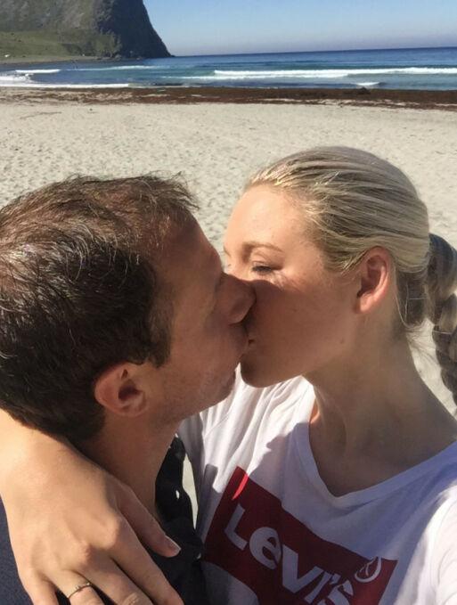 VAKRE OMGIVELSER: Her er det forelskede paret avbildet i Lofoten i fjor sommer, der Ingvar fridde til Trine. Foto: Privat
