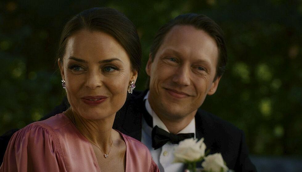 TURBULENT: Ekteskapet mellom Hermine (Agnes Kittelsen) og Adam (Simon J. Berger) er svært turbulent i serien. Det er det flere grunner til. Foto: Freemantle / NRK