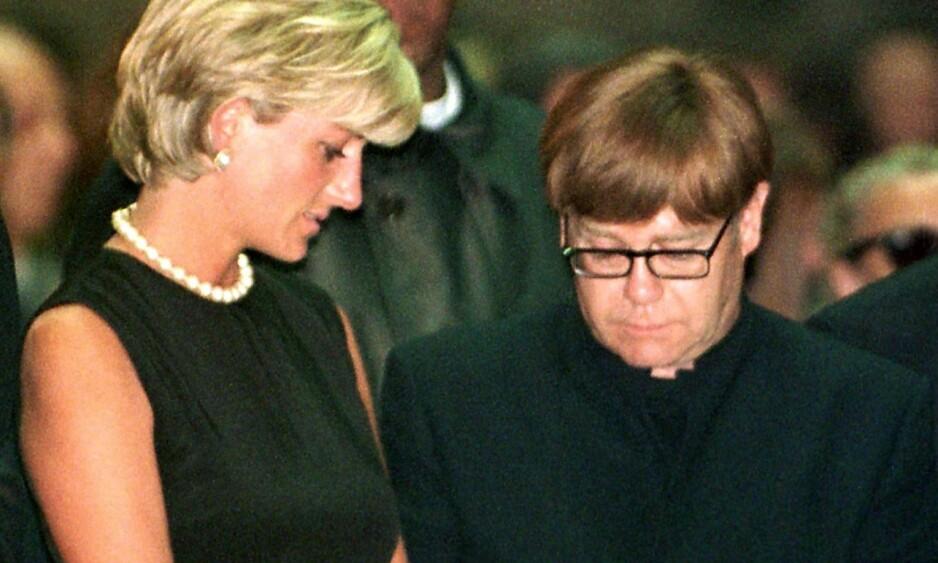 AVSLØRER: Elton John og prinsesse Diana var venner i en årrekke, og hadde et nært bånd. I sin nyeste biografi avslører artisten en historie om en middagsfest prinsessen var på, som tok en stygg vending. Her er de fotografert i begravelsen til Gianni Versace i 1997. Foto: NTB scanpix