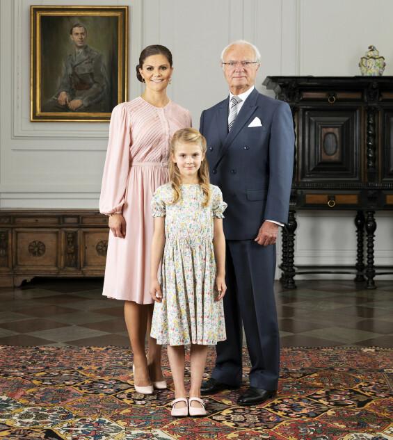 <strong>TRE GENERASJONER:</strong> I anledning dagens endring, har det svenske hoffet offentliggjort et nytt bilde av kong Carl Gustaf, kronprinsesse Victoria og hennes datter prinsesse Estelle. Foto: Sandra Birgersdotter Ek/ Det kongelige hoff i Sverige