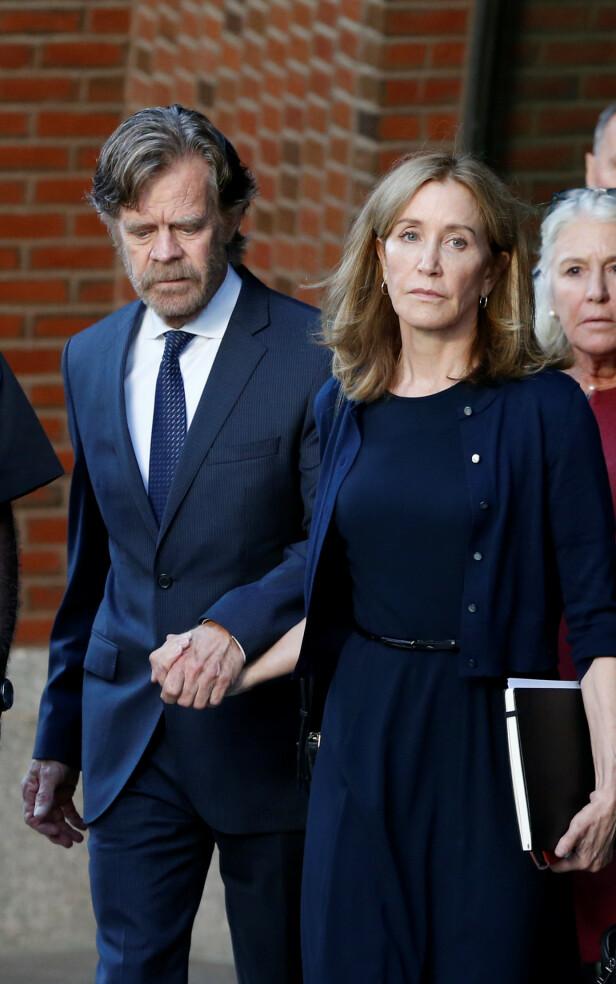 PREGET: Her er Felicity Huffman på vei ut fra retten i september sammen med ektemannen William H. Macy. Foto: NTB Scanpix
