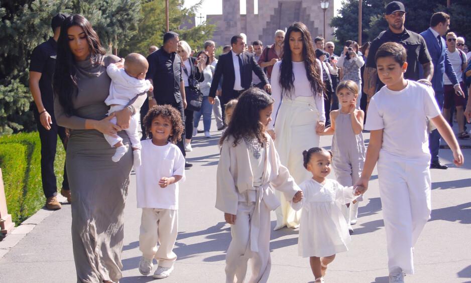 FAMILIETUR: Reality-søstrene Kim og Kourtney Kardashian er for tiden i Armenia. Med seg på turen har de alle barna sine. Foto: NTB Scanpix