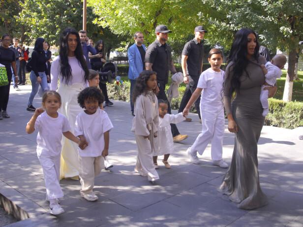 KLEDD I HVITT: Alle barna var kledd i hvitt for anledningen, noe som får flere medier til å undre over hvem av barna som faktisk ble døpt. Foto: NTB Scanpix