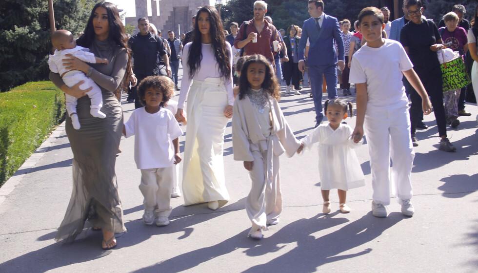 STJERNEFAMILIE: Kim Kardashian med Psalm, Saint, North og Chicago, og Kourtney Kardashian med Reign, Penelope og Mason (ytterst t.h.) i Armenia. Foto: NTB scanpix