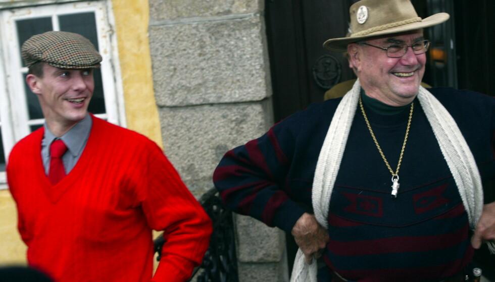 TETT BÅND: Prins Joachim sto sin fransk-fødte far svært nær. Etter hans død mener flere kongehuseksperter at strukturen i kongehuset er endret. Her er far og sønn avbildet under en jakt i 2004. Foto: NTB Scanpix