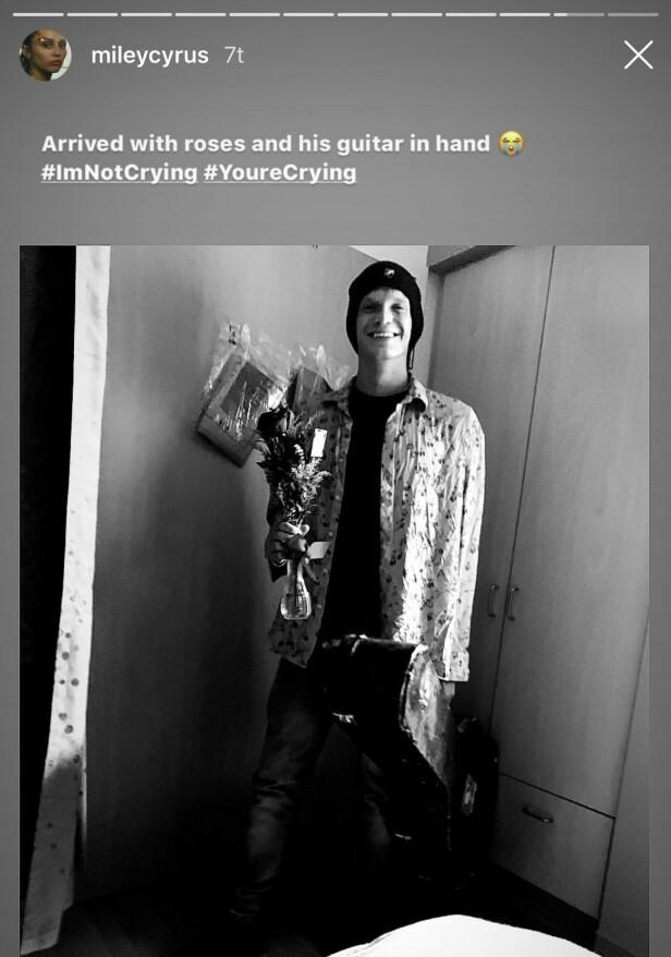 ROSER OG GITAR: Cody Simpson sparte ikke på kruttet da han kom på sykebesøk til Miley. Foto: Instagram/ Miley Cyrus