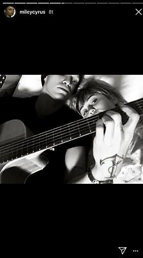 KVALITETSTID: At Cody dukket opp med gitar fikk stjernen til å føle seg bedre. Foto: Instagram/ Miley Cyrus