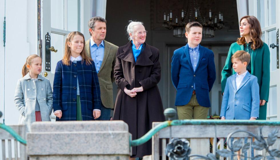 <strong>SKAL FLYTTE:</strong> Mary og Frederik sender barna til kostskole i Sveits. Her er hele familien samlet for å feire dronning Margrethes 79-årsdag 16. april i år. Foto: NTB Scanpix