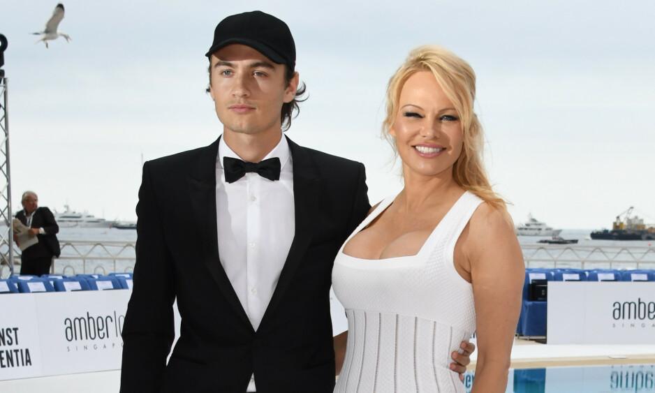 MOR OG SØNN: Brandon Lee er sønn av Hollywood-stjernen Pamela Anderson, og stiller ofte på rød løpere med henne. Foto: NTB Scanpix
