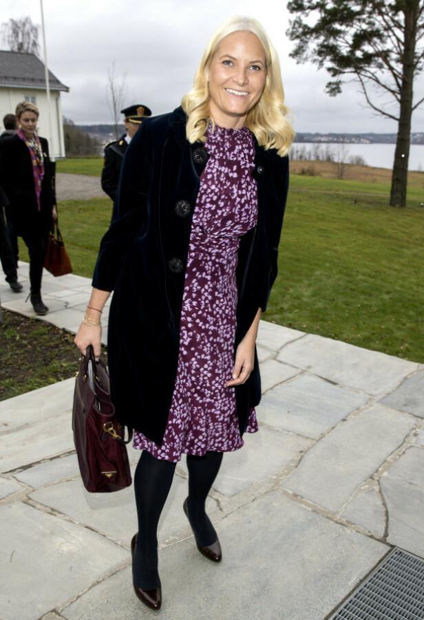 ROSES FOR NORSKE VALG: Mette-Marit høster stadig ros når hun fronter norsk design. Her i Pias kjole under et næringslivsmøte i 2014. Kåpen og vesken er fra Prada. Foto: Andreas Fadum