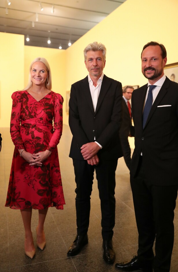 DUKKET OPP: Her er kronprinsparet avbildet sammen med Karl Ove Knausgård under fredagens kunstutstilling. Foto: Andreas Fadum/ Se og Hør