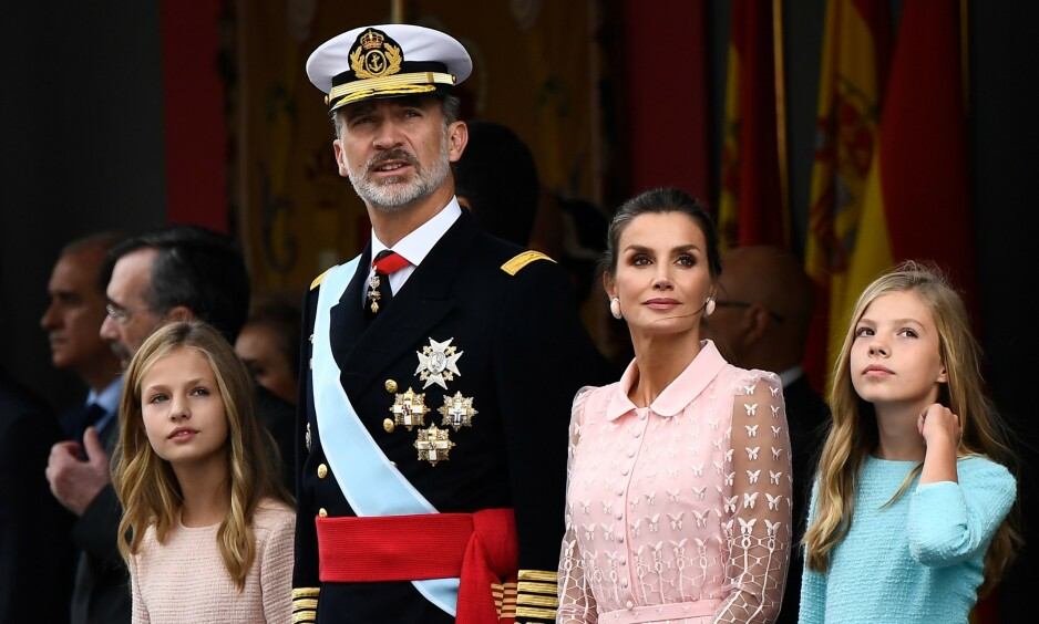 <strong>NASJONALDAG:</strong> Kronprinsesse Leonor (t.v.), kong Felipe, dronning Letizia og prinsesse Sofia viste seg for det spanske folket under feiringen av nasjonaldagen. Foto: NTB Scanpix