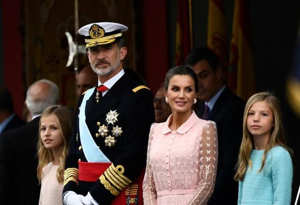 <strong>LIK PAPPA:</strong> Prinsesse Sofia matchet pappas uniform med sin blå kjole. Foto: NTB Scanpix