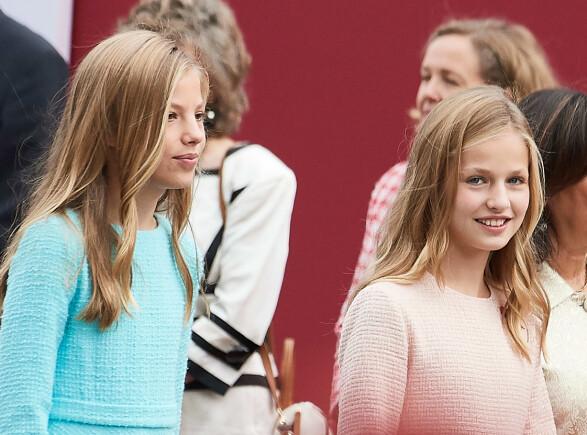 <strong>STRÅLTE:</strong> De unge søstrene strålte på nasjonaldagen. Foto: NTB Scanpix