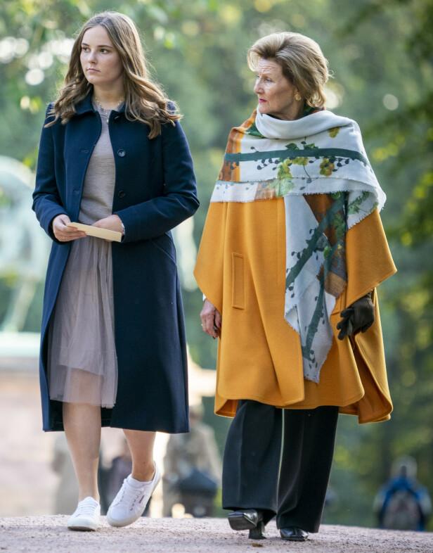 <strong>TRONARVING:</strong> Prinsesse Ingrid Alexandra kommer til å ta over tronen etter sin far kronprins Haakon. Her sammen med dronning Sonja på vei til åpning av prinsessens skulpturpark. Foto: Heiko Junge / NTB scanpix