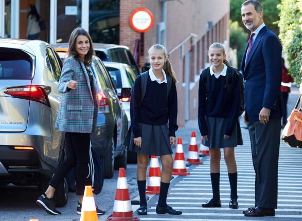 <strong>KJØRTE SELV:</strong> Kong Felipe og dronning Letizia kjørte selv døtrene til første skoledag. Foto: NTB Scanpix