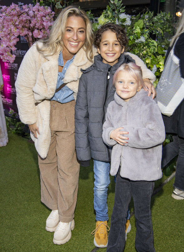 DUKKET OPP: Jannecke Weeden tok med seg sønnen Caspian og venninnen Lila for å se førpremieren av Disney-filmen. Foto: Tor Lindseth