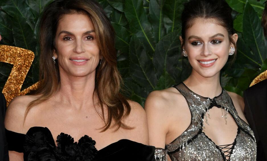 MOR OG DATTER: De siste årene har flere påpekt den slående likheten mellom Cindy Crawford og datteren Kaia Gerber. Overfor Vogue erkjenner sistnevnte at også hun til tider sliter å se forskjell på seg selv og moren. Foto: NTB Scanpix