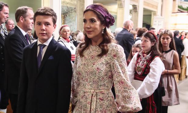 KONFIRMASJON: Mor og sønn i anledning prinsesse Ingrid Alexandras konfirmasjon i sommer. Neste år skal han selv konfirmeres. Foto: NTB Scanpix