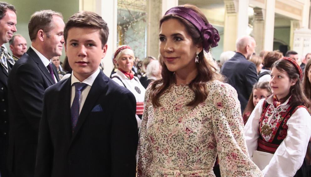 FRAMTIDIG KONGE: Prins Christian går en helt spesiell framtid i møte. Her med mor kronprinsesse Mary. Foto: Lise Åserud / NTB