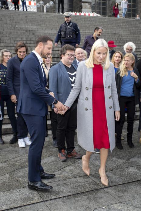 GOD STØTTE: Kronprins Haakon er med på turen for å kunne ta over hvis kona blir sliten. Foto: Andreas Fadum / Se og Hør
