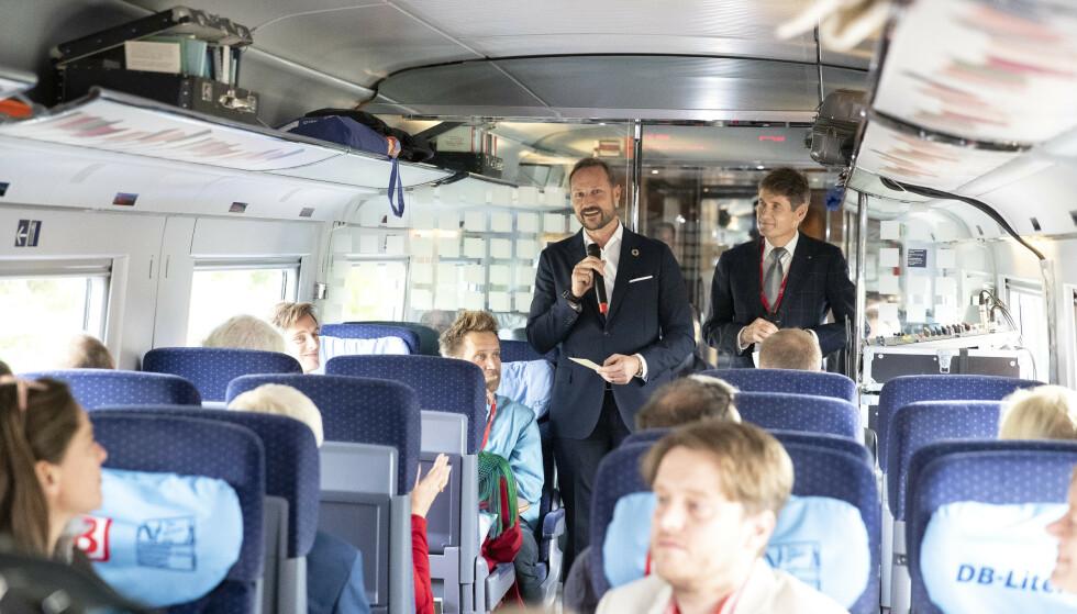 TOK OVER: Kronprinsen holdt konas tale på toget på vei fra Køln til Frankfurt. Mette-Marit var til stede og hørte på ektemannen. Foto: Andreas Fadum / Se og Hør