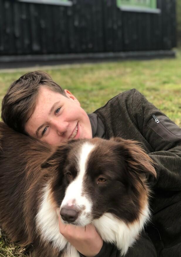 YNDIG: Prins Christian koser med familiehunden på de nye bildene. Foto: H.K.H. Kronprinsessen / Det danske kongehus