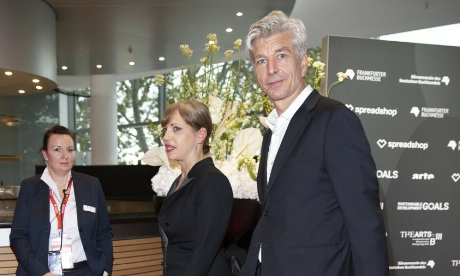 PÅ RØD LØPER: Karl Ove Knausgård med kona på rød løper i Tyskland. Foto: Andreas Fadum / Se og Hør