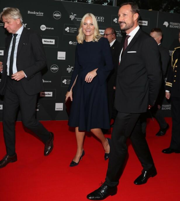 STRÅLTE: Kronprinsparet strålte sammen på den røde løperen. Foto: Andreas Fadum / Se og Hør