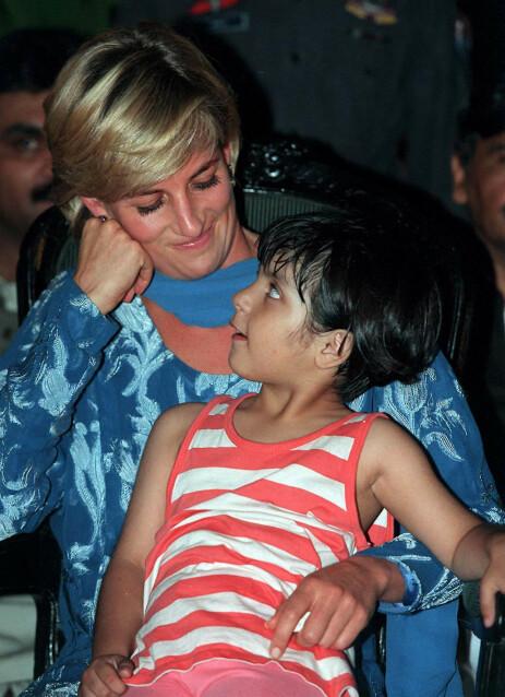 GJORDE INNTRYKK: Det er liten tvil om at Diana knyttet seg til de lokale da hun besøkte Pakistan i 1996. Foto: NTB Scanpix