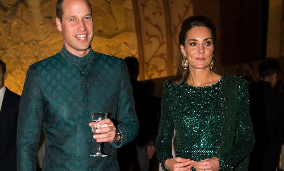 ENDELIG I PAKISTAN: Prins William og hetruginne Kate er denne uken på offisielt besøk i Pakistan. Dette er første gang på 13 år at britiske kongelige besøker landet. Her er hertugparet på en mottakelse i Islamabad tirsdag. Foto: Tim Rooke/Shutterstock/ NTB scanpix