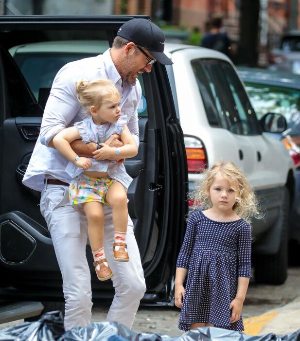 SMÅBARNSFAR: Ryan Reynolds innrømmer at det ikke alltid går smertefritt for seg når han er ute og flyr med døtrene Inez og James. Her avbildet i New York i fjor sommer. Foto: NTB scanpix