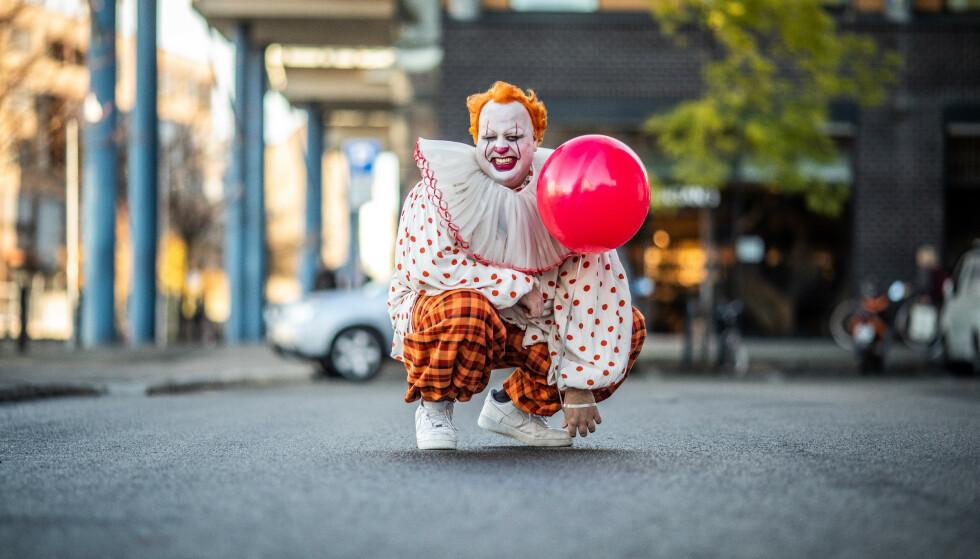 NY STIL: Ronny ble altså gjort om til Pennywise onsdag, og ser for seg å beholde utseendet litt ettersom lytterne har betalt i dyre dommer. Foto: Kim Erlandsen / NRK