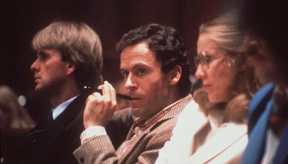 SJARMØR: Det var mange som tvilte på at Ted Bundy kunne stå bak de grusomme drapene han var mistenkt for, fordi han ikke så ut som en typisk seriemorder. Her under en rettsak i 1978. Foto: AP