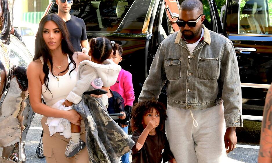 OVERRASKET EKTEMANNEN: I den nyeste episoden av «Keeping Up With The Kardashians», kommer det frem at Kim Kardashian West og ektemannen Kanye West har fornyet ekteskapsløftene sine. Foto: NTB Scanpix