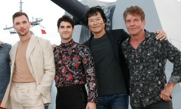 PÅ JOBB: Selv om Quaid (t.h) også brukte anledningen til å fri, var han hovedsaklig på Hawaii for å promotere den nye filmen «Midway». Her poserer han med skuespillere Ed Skrein, Darren Criss og Etsushi Toyokawa. Foto: NTB scanpix