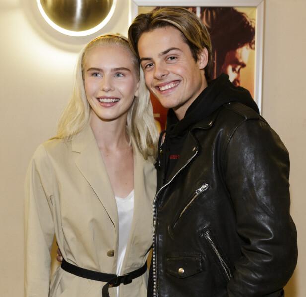BRUDD: Amalie Snøløs og Herman Tømmeraas ble på kort tid etter svært populære par, etter at de i april i fjor bekreftet at de var blitt kjærester. Nå har forholdet tatt slutt. Her er duoen avbildet i fjor, under festpremieren på dansefilmen «Battle». Foto: NTB Scanpix