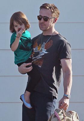 VISTE FREM DATTEREN: Her ser man Ryan Gosling med datteren Esmeralda på armen sommeren 2017. Foto: NTB Scanpix