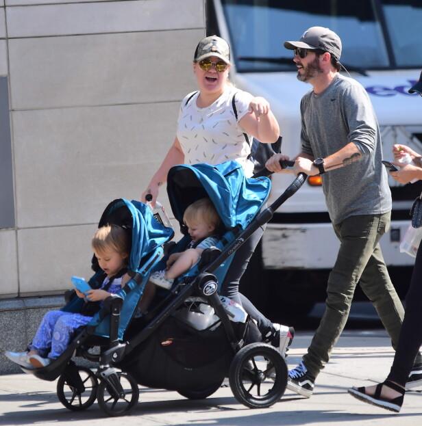 PÅ TRILLETUR: Her ser man Kelly Clarkson sammen med ektemannen Brandon Blackstock og deres to barn, River Rose og Remington Alexander, godt plassert i vogna. Bildet er tatt i 2017, da familien var ute på trilletur i New Yorks gater. Foto: NTB Scanpix.