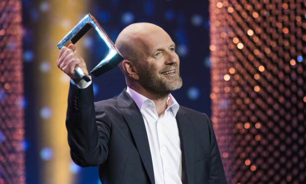 SUKSESS: Bård Tufte Johansen er et godt etablert navn i underholdningsbransjen. Her er han avbildet da han stakk av med prisen for beste mannlige programleder under Gullruten i 2018. Foto: NTB Scanpix