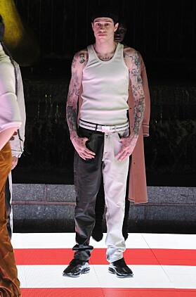 DEBUTERTE: Pete Davidson fikk prøve seg som modell på catwalken for første gang i slutten av mai. I moteshowet var også Kaia Gerber med. Foto: NTB Scanpix